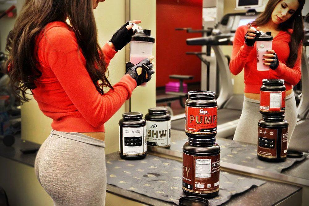 Jen Selter preparing her shake